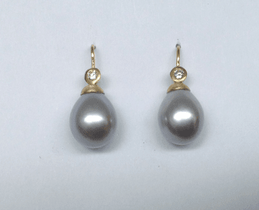 18 carat yellow gold, diamonds, grey freshwater pearls