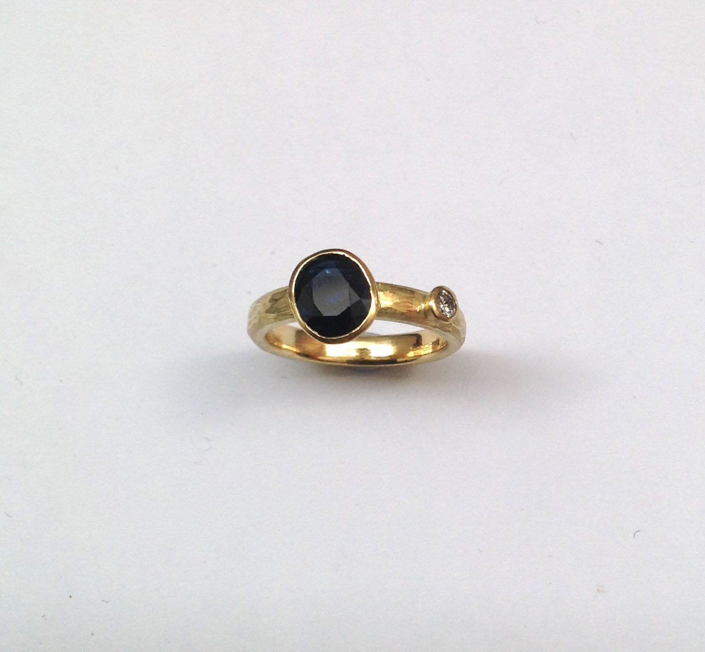 Engagement ring 18 carat gold, blue sapphire, brilliant cut diamond
